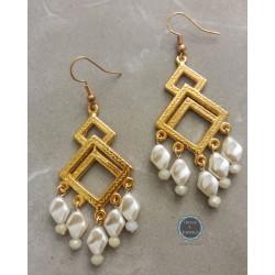 σκουλαρίκια με χρυσό μεταλλικό στοιχείο και πλακέ πέρλες (κωδ:0252)