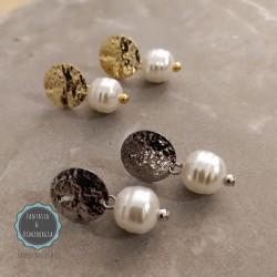 Καρφωτά μεταλλικά σκουλαρίκια με πέρλες (κωδ:0272)